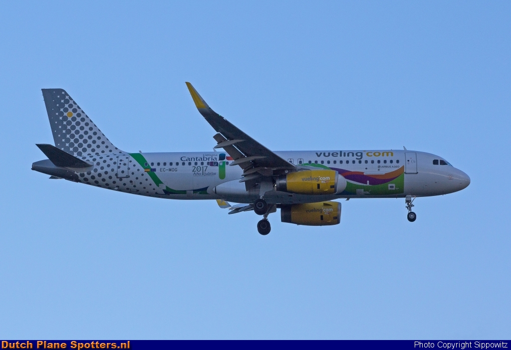 EC-MOG Airbus A320 Vueling.com by Sippowitz