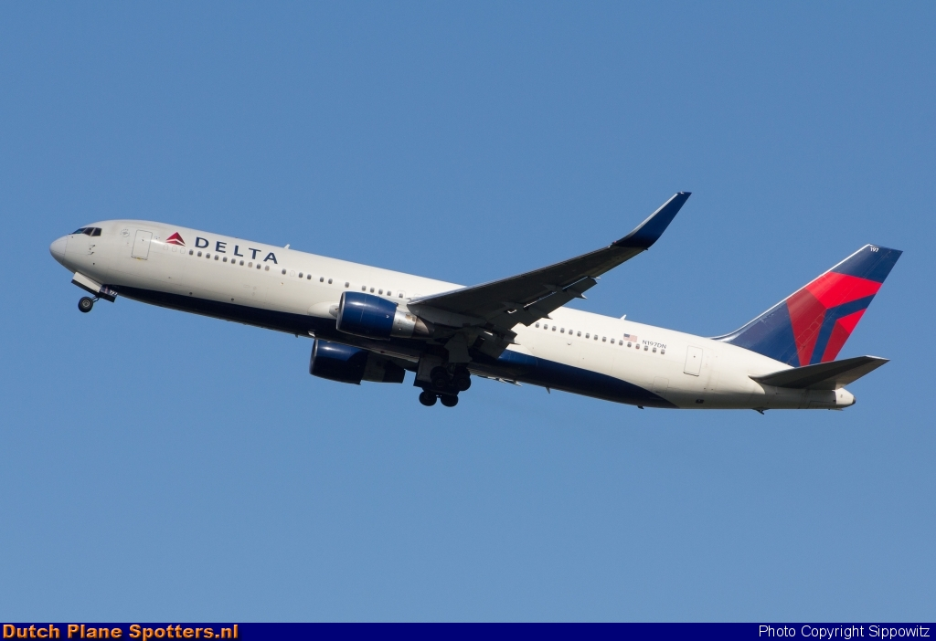 N197DN Boeing 767-300 Delta Airlines by Sippowitz