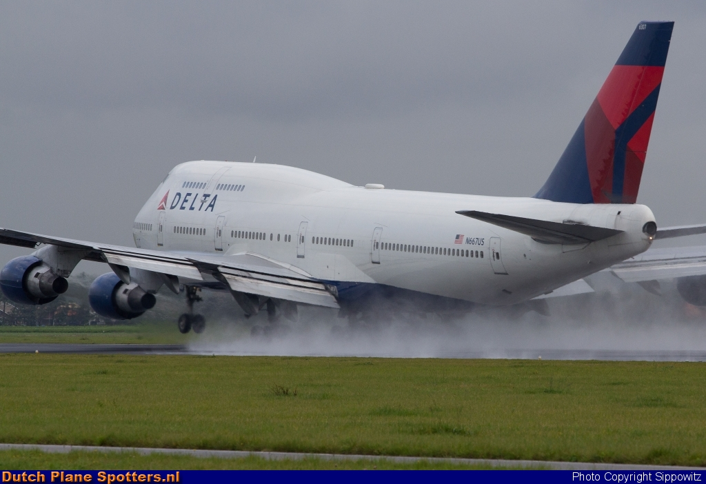 N667US Boeing 747-400 Delta Airlines by Sippowitz