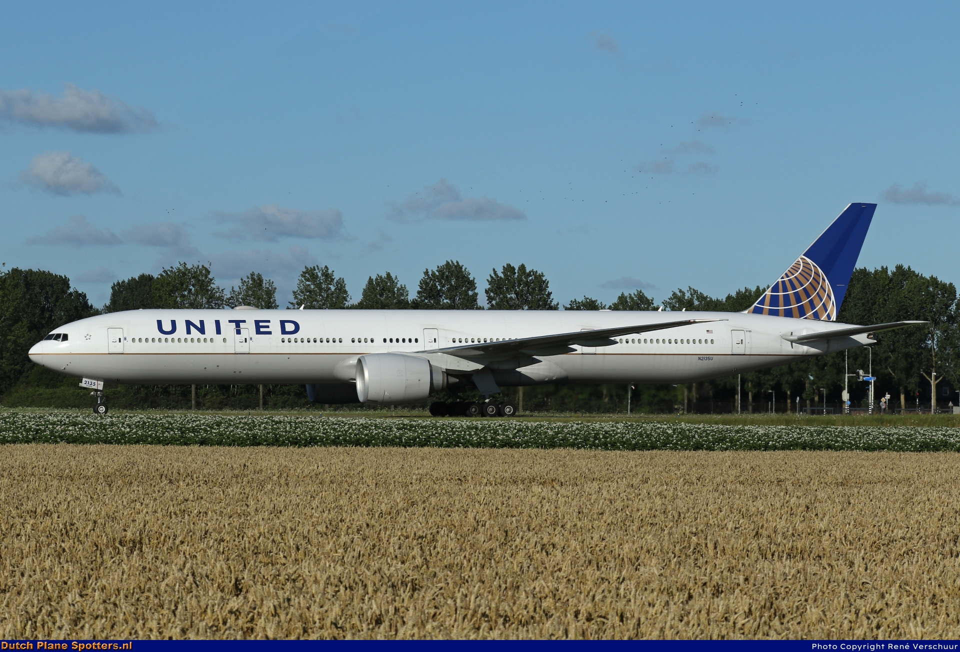 N2135U Boeing 777-300 United Airlines by René Verschuur